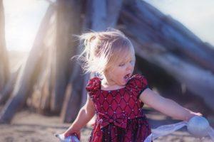 niña en playa